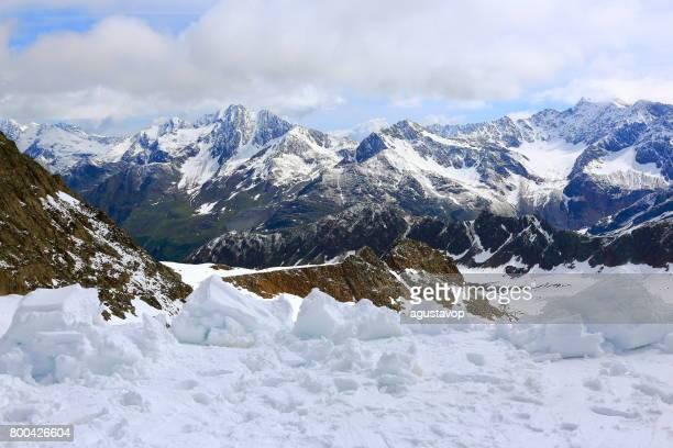 Schnee-Boden und majestätischen Zillertal, Tirol schneebedeckten Bergkette Panorama, idyllischen Tiroler Talwiesen, Österreich