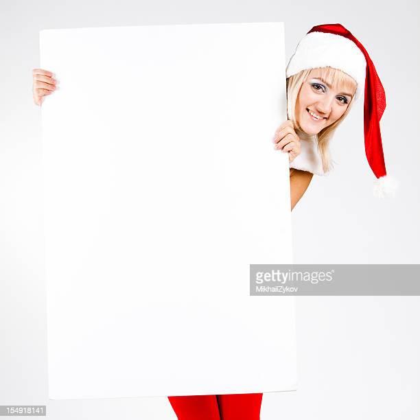 Jeune fille tenant un panneau de neige