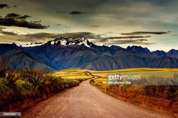 snow mountain and country lane - paisajes de peru fotografías e imágenes de stock