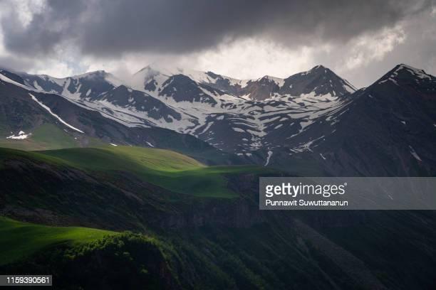 snow mountain in summer season in caucasus mountain range, georgia - clima alpino foto e immagini stock