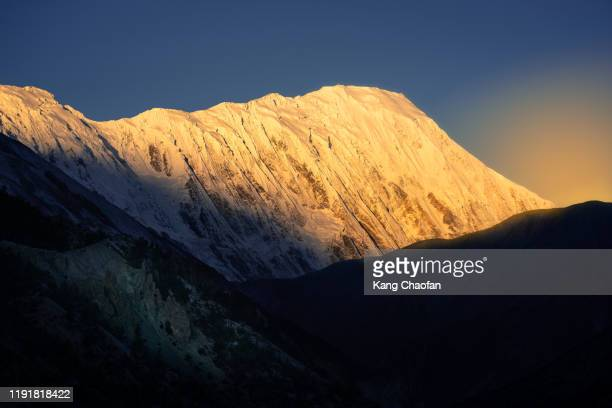 snow mountain in sunrise from annapurna circuit trek, manang, nepal - annapurna south stock pictures, royalty-free photos & images