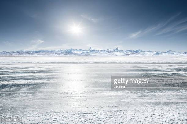 snow mountain road in tibet - belleza de la naturaleza fotografías e imágenes de stock