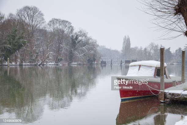 snow on cliveden reach - berkshire england stock pictures, royalty-free photos & images