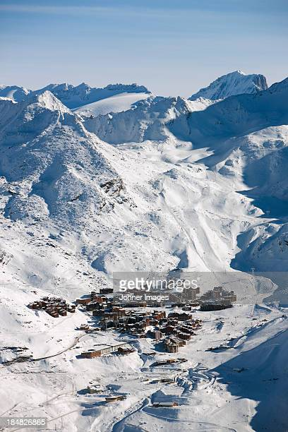 snow on hill - trois vallees stock pictures, royalty-free photos & images