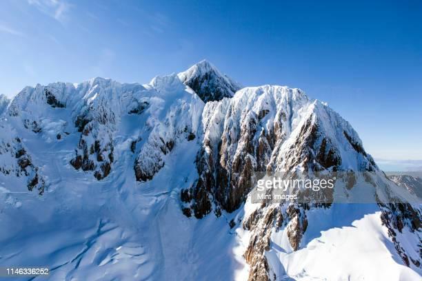 snow on sunny mountain - coberto de neve imagens e fotografias de stock