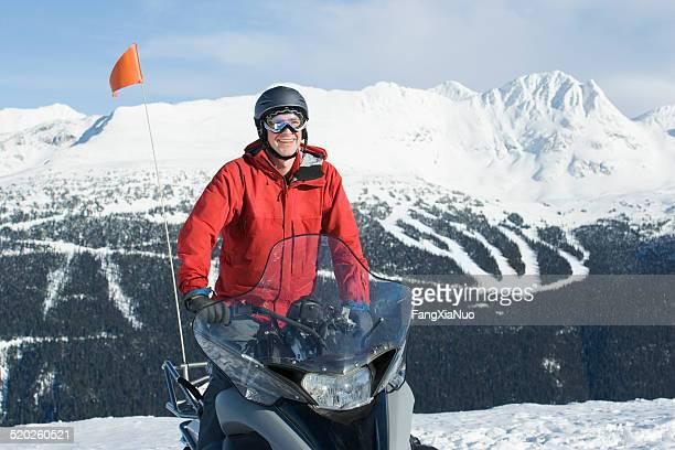 Snow patrol rescue worker sitzt auf dem Schneemobil