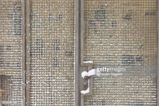 snow pattern on a metal grid - jacopo caggiano stock pictures, royalty-free photos & images