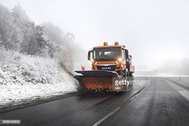 schnee pflug truck - schneefahrzeug stock-fotos und bilder