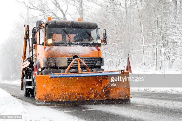 schneepflug lkw - winterlichen straßenverhältnissen, starker schneefall - schneefahrzeug stock-fotos und bilder