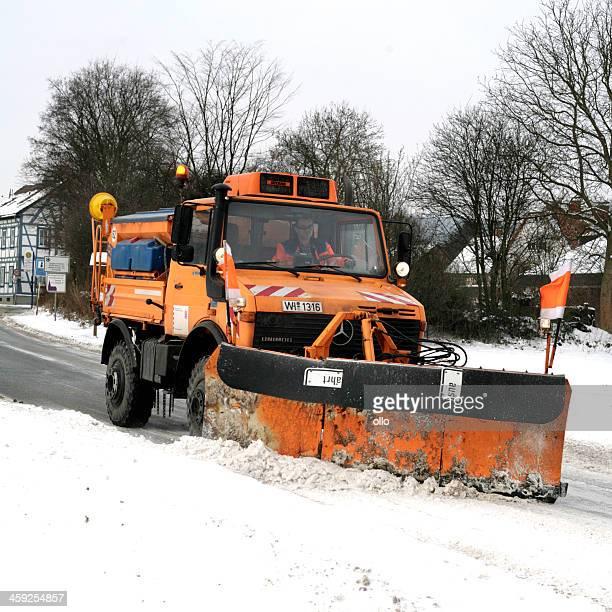 schnee pflug lkw-winter road geschäftsbedingungen - schneefahrzeug stock-fotos und bilder