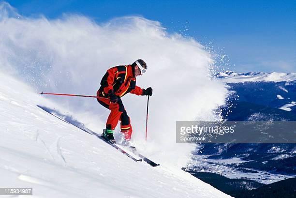 Schnee und Welle der Pulverschnee Skifahrer