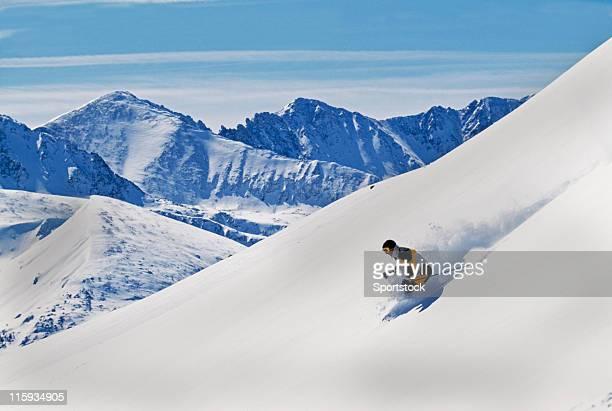 スノースキー第トラックで山の眺め - マウンテンビュー ストックフォトと画像