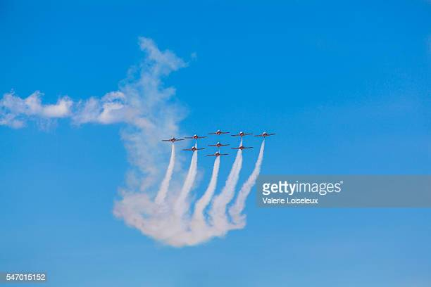 snowbirds in blue sky - canadian forces snowbirds stock pictures, royalty-free photos & images