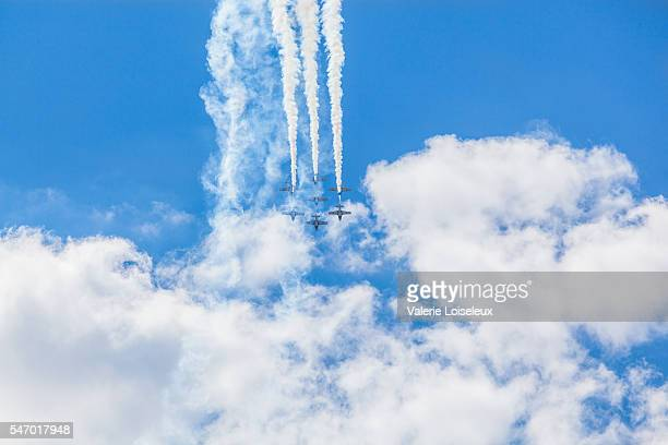 snowbirds in the sky - canadian forces snowbirds stock pictures, royalty-free photos & images
