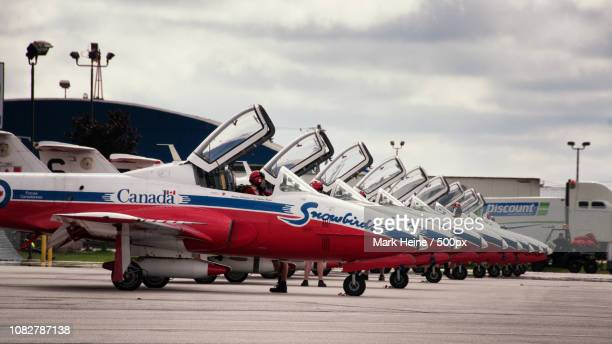 snowbirds preflight - canadian forces snowbirds stock pictures, royalty-free photos & images