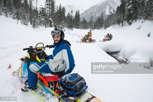 reboque de moto de neve snowboard na floresta de neve mágica. - snowmobiling - fotografias e filmes do acervo