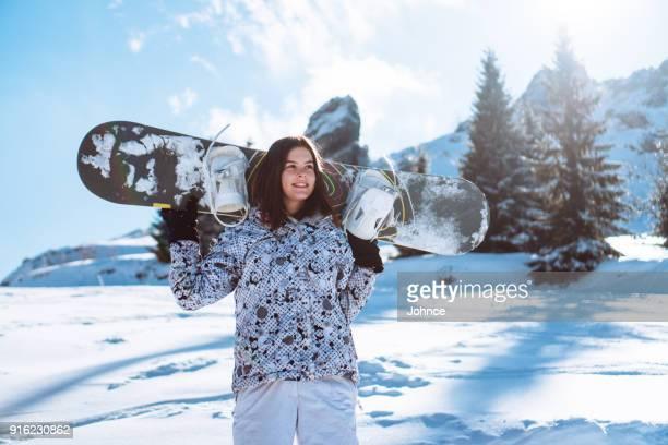 chica snowboarder en vacaciones de invierno - snowboard fotografías e imágenes de stock
