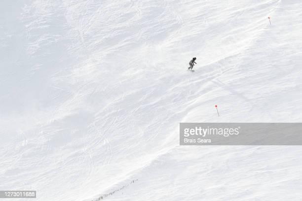 snowboarder going down the hill - événement sportif d'hiver photos et images de collection
