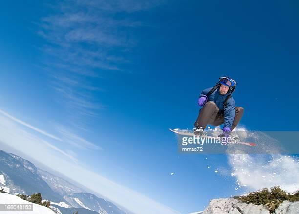 Snowboarder springen in Akrobatische