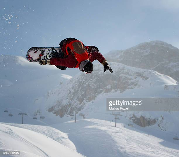 CONTENT] snowboarder in action