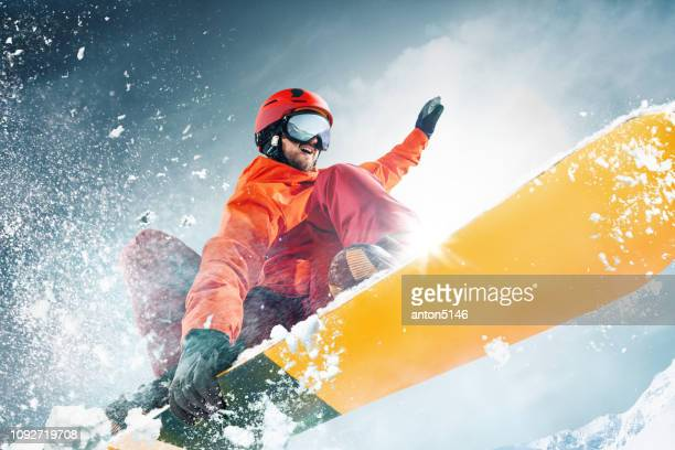 snowboarder che salta in aria con cielo blu intenso sullo sfondo - sci sci e snowboard foto e immagini stock