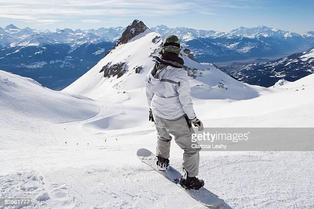 snowboarder on top of mountain - crans montana - fotografias e filmes do acervo