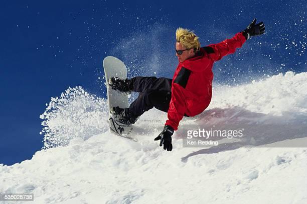 snowboarder performing heelside turn - gebleichtes haar stock-fotos und bilder
