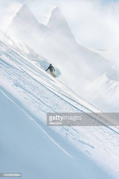 snowboarder en pendiente - snowboard fotografías e imágenes de stock