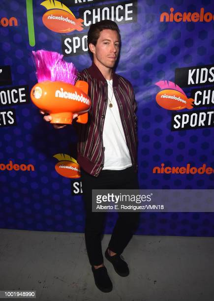 Snowboarder Shaun White poses with the Winter Wonders award backstage at the Nickelodeon Kids' Choice Sports 2018 at Barker Hangar on July 19 2018 in...