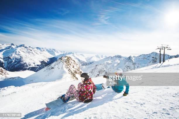 snowboarden in oostenrijk - oostenrijk stockfoto's en -beelden