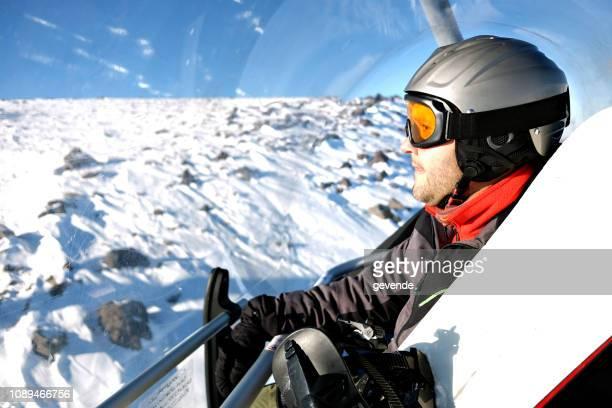 スキー トラックに行くケーブルカーで Snowboerder