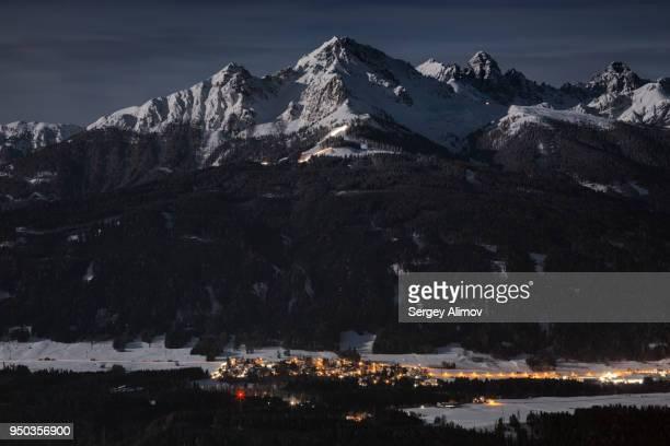 snowcapped alps peaks in the light of night moon - flanco de valle fotografías e imágenes de stock