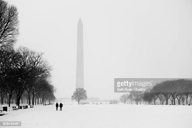 snowcapped field against washington monument in foggy weather - washington monument washington dc stock pictures, royalty-free photos & images
