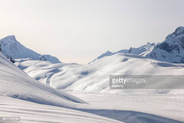 snowcapped hills and mountains in skiing area arlberg - arlberg, vorarlberg, austria - coberto de neve - fotografias e filmes do acervo