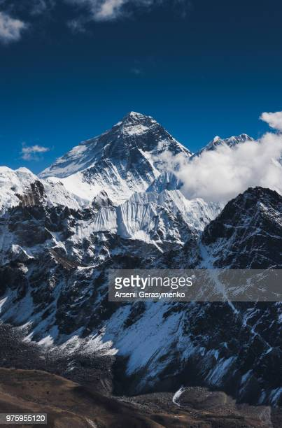 snow-capped mount everest on sunny day, nepal - himalayas stock pictures, royalty-free photos & images