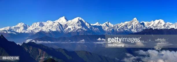 青空 (牛バック山) に雪を頂いた山