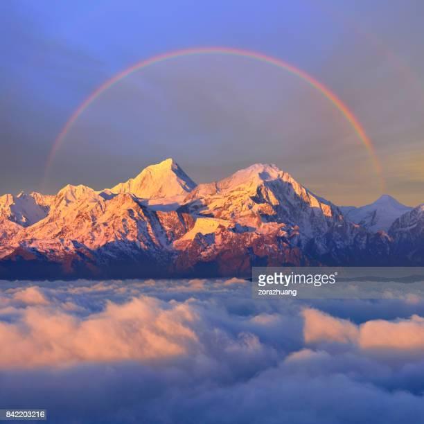 Schneebedeckten Berg bei Sonnenaufgang (Rinder zurück Berg)