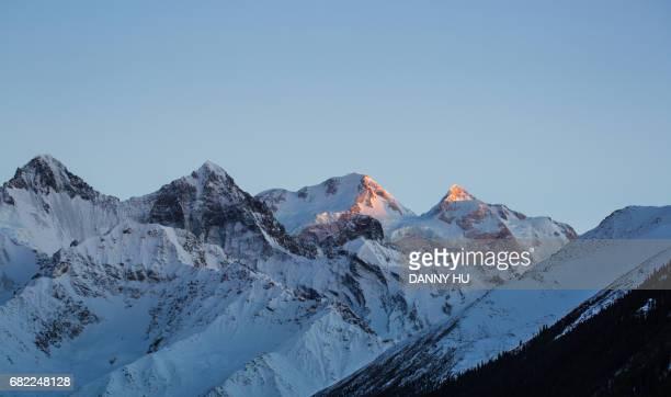 snowcapped mountain in xingjiang province - lugar histórico imagens e fotografias de stock