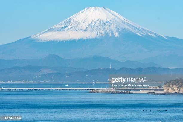 snow-capped mt. fuji and pacific ocean in kanagawa prefecture of japan - prefettura di shizuoka foto e immagini stock