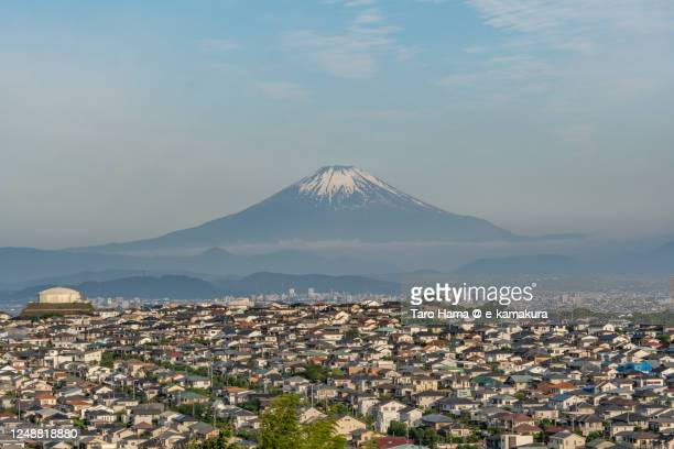snowcapped mt. fuji and the residential districts on the hill in kanagawa prefecture of japan - taro hama ストックフォトと画像