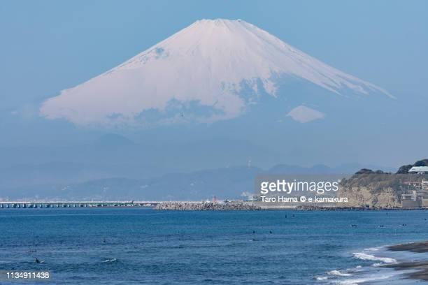 snow-capped mt. fuji over pacific ocean in japan - 湾 ストックフォトと画像