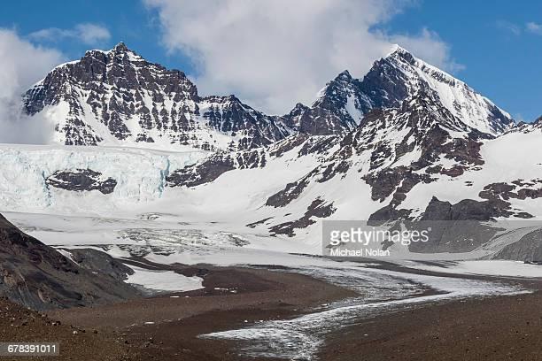 snow-capped peaks surround st. andrews bay, south georgia, polar regions - zuid georgia eiland stockfoto's en -beelden