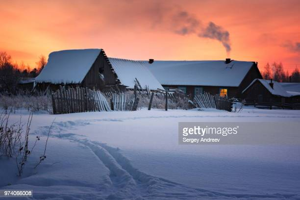 snowcapped rural house in sunset, tomsk oblast, siberia, russia - トムスク州 ストックフォトと画像