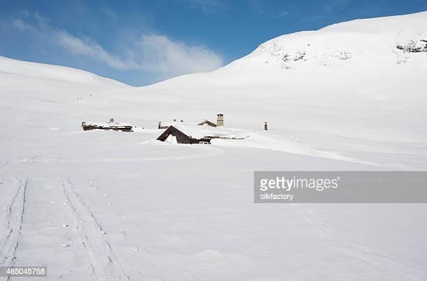 Schneebedeckte Berge Kabinen in der Nähe von ski track
