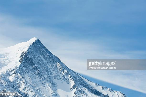 snow-covered mountain peak - vetta foto e immagini stock