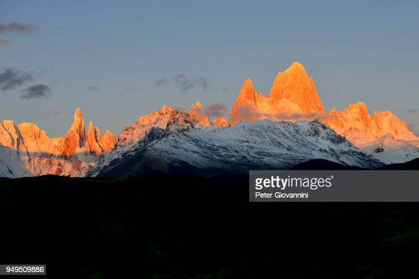 snow-covered mountain range of the fitz roy and cerro torre at sunrise, los glaciares national park, el chalten, santa cruz province, argentina - cerro torre stock-fotos und bilder
