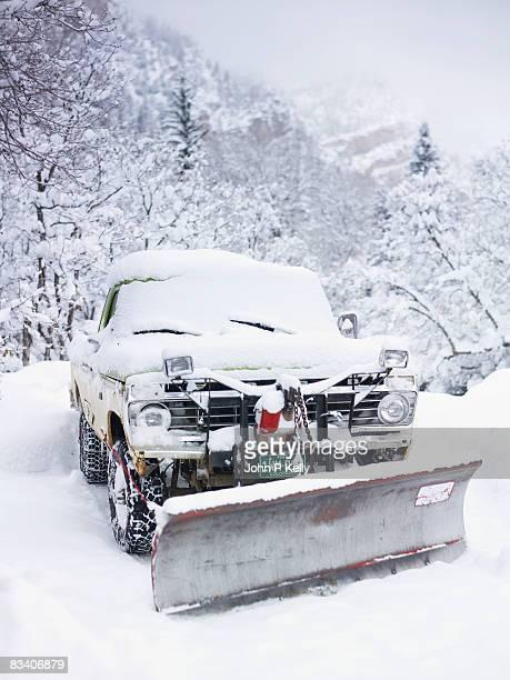 snow-covered pick-up truck - コロラド州 ニューキャッスル ストックフォトと画像