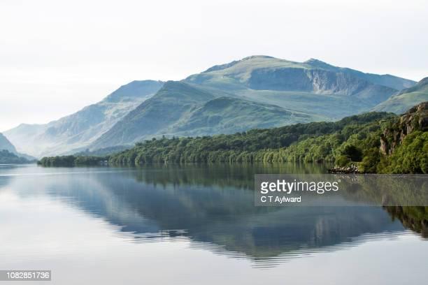 snowdon mountain & lake tranquility - mount snowdon stock pictures, royalty-free photos & images