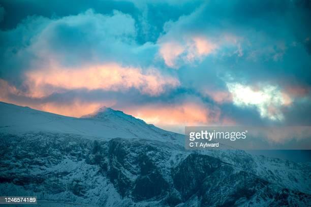 snowdon summit winter sunrise - mount snowdon stock pictures, royalty-free photos & images