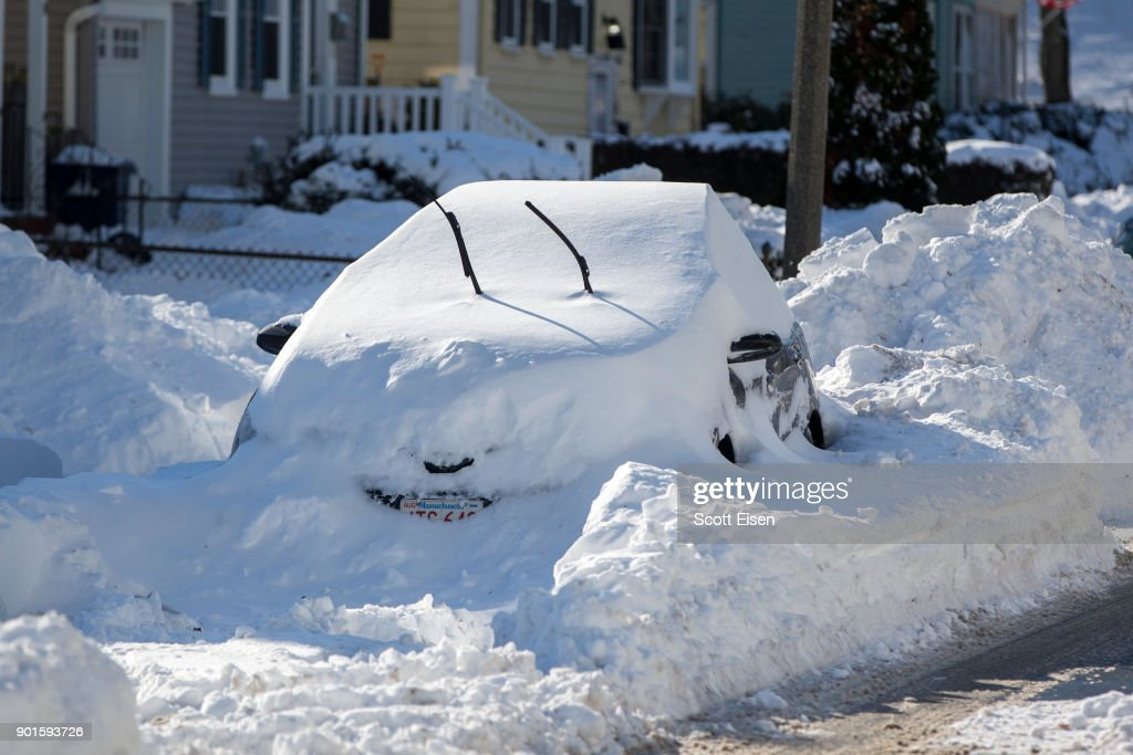 """Northeast U.S. Digs Out After  """"Bomb Cyclone"""" Snowstorm : News Photo"""
